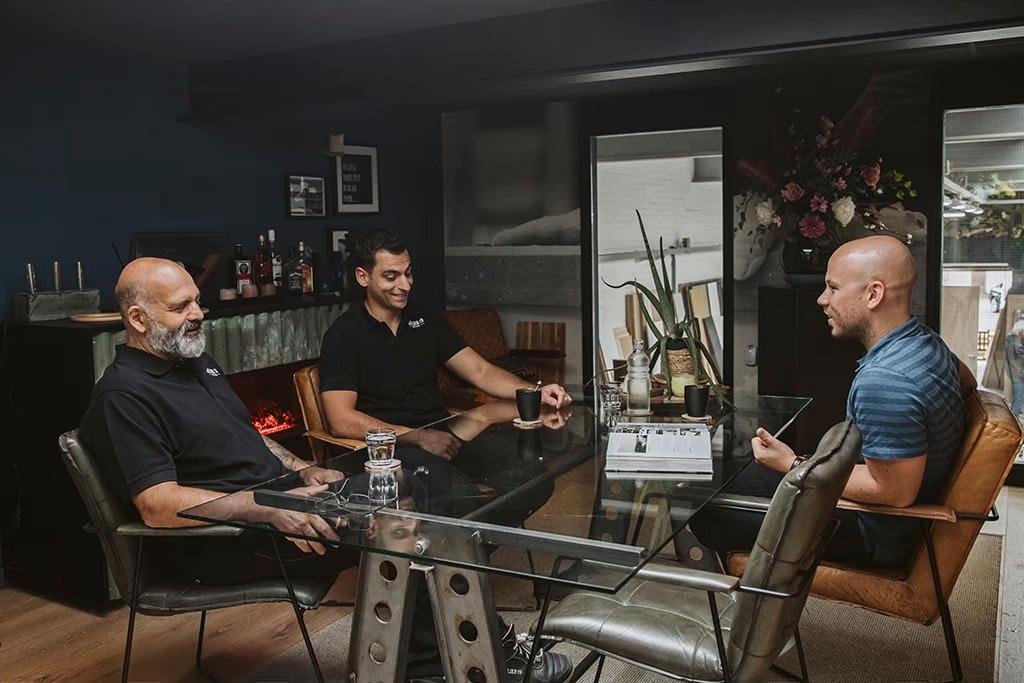 interieurbouwer in Rhoon in gesprek met klant
