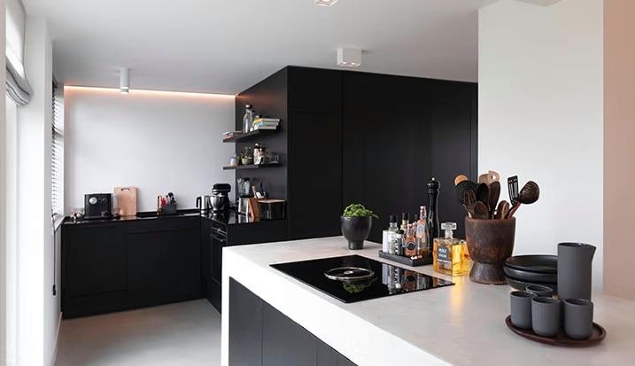 Interieurbouwer Gouda Die Een Zwart Witte Keuken Hebben Gemaakt Met Een Kookeiland