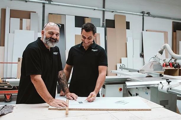 Interieurbouwer Gouda Die Lachen Tijdens Hun Werk