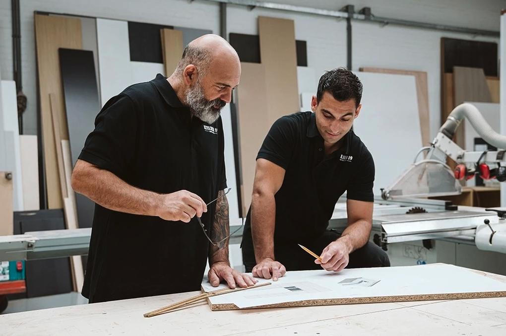Interieurbouwers In Gesprek Over Keuken Op Maat Laten Maken Voor Klant Schiedam