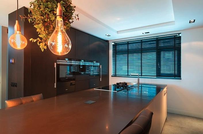 Luxe keuken met kookeiland in industriële stijl