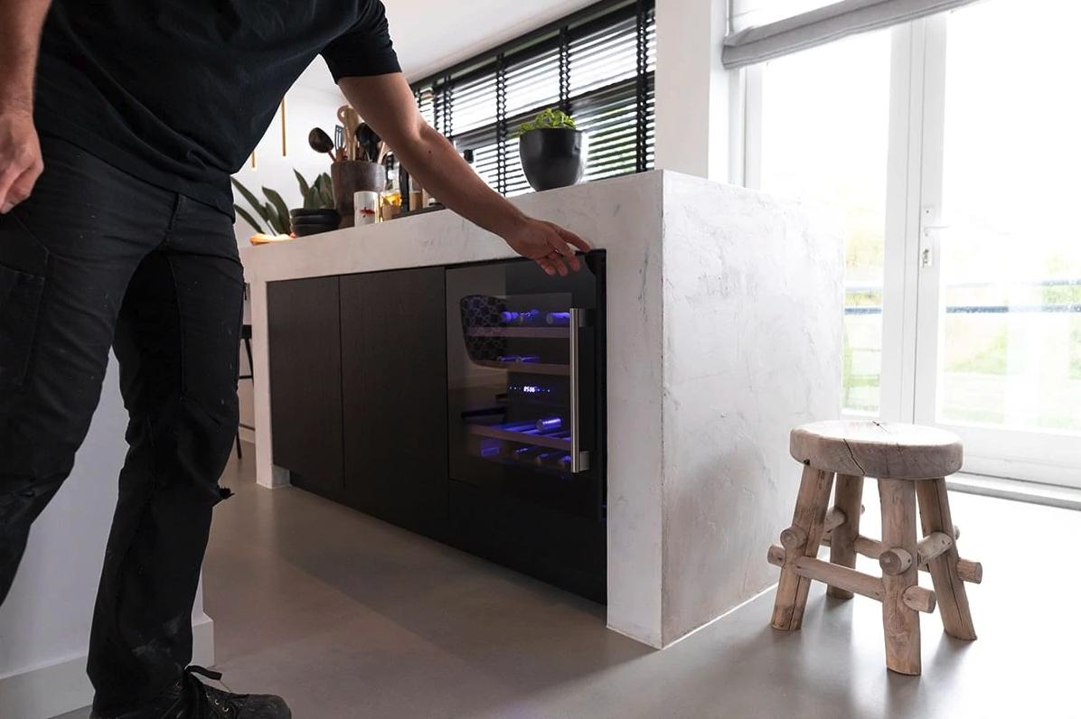 Luxe keuken met kookeiland in het wit met zwart