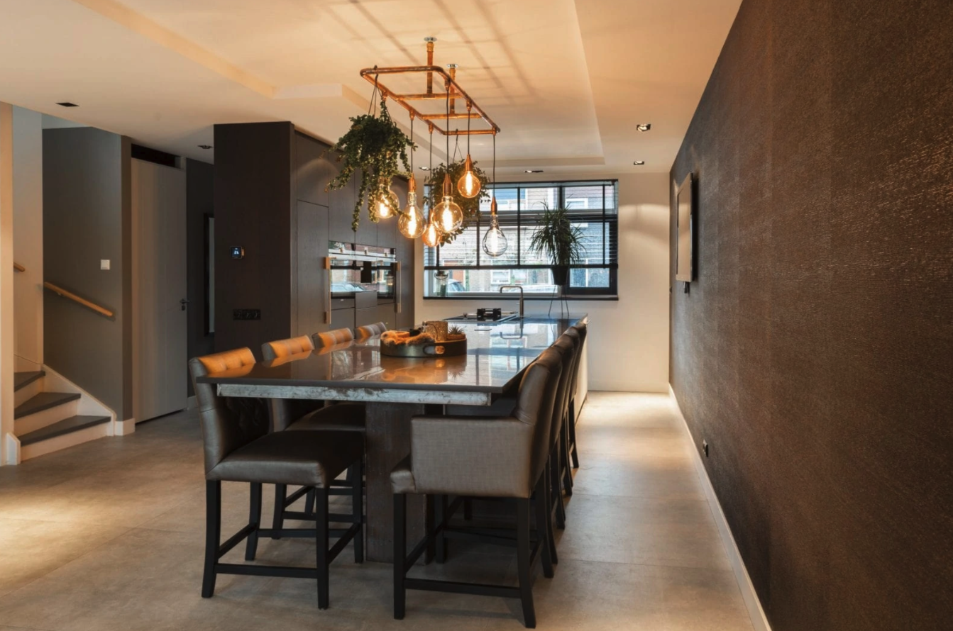 luxe keuken met kookeiland in huiselijke stijl